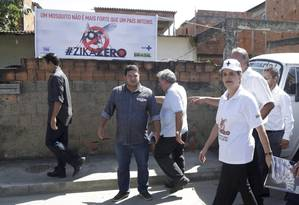 A presidente Dilma Rousseff participa de campanha ao lado do governador Luiz Fernando Pezão e do prefeito Eduardo Paes, em Santa Cruz, no Rio Foto: Marcelo Carnaval / O Globo