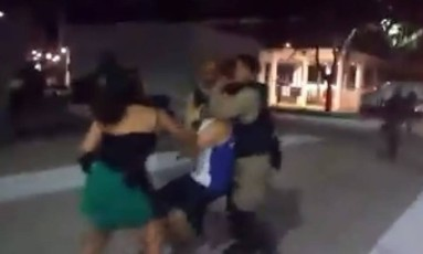 O jornalista Bernardo Tabak no momento da agressão Foto: Reprodução da internet