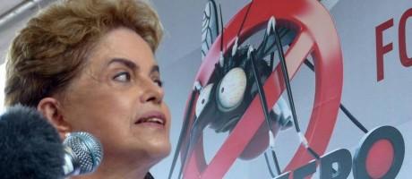 A presidente Dilma Rousseff fala aos jornalistas após participar da campanha nacional de combate ao mosquito Aedes Foto: Marcelo Carnaval/O GLOBO