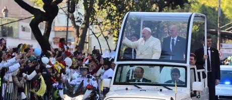 Papa Francisco acena para a multidão a caminho do Palácio Nacional, na Cidade do México Foto: RONALDO SCHEMIDT / AFP