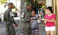 Forças armadas trabalham em conjunto no processo de conscientização da proliferação do mosquito distribuindo panfletos e visitando moradores Foto: Ana Branco / O Globo