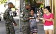 Exército faz panfletagem durante a ampanha contra o mosquito aedes aegypti