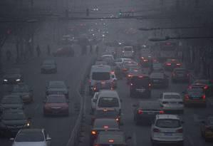 Engarrafamento em Pequim: poluição atmosférica mata cerca de 1,6 milhão de pessoas por ano na China Foto: Mark Schiefelbein/AP/25-12-2015