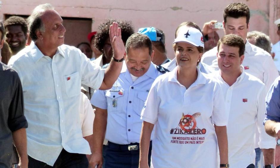 A presidente Dilma Rousseff acompanhou, na manhã deste sábado, a ação de agentes de saúde em casas de moradores da Rua 13, na comunidade Caminho do Zepellin, em Santa Cruz, na Zona Oeste do Rio Foto: Marcelo Carnaval / Agência O Globo