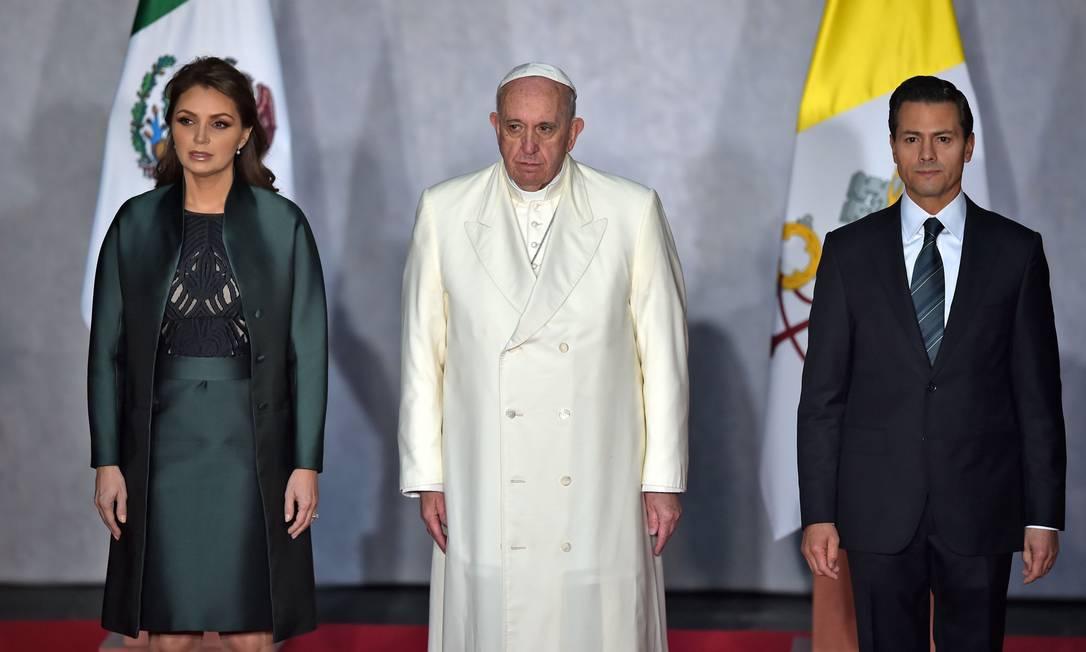 Francisco se encontra no mercado com o presidente Enrique Peña Nieto e a primeira-dama, Angelica Rivera YURI CORTEZ / AFP