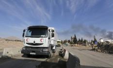 Comboio do Crescente Vermelho chega ao campo de Wafideen, perto de Damasco Foto: OMAR SANADIKI / REUTERS