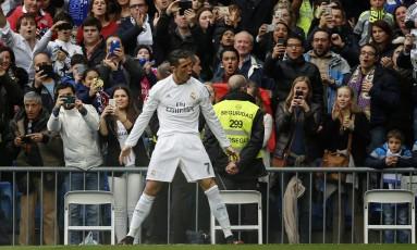 Cristiano Ronaldo comemora um dos gols que marcou na vitória do Real Madrid Foto: AP /Daniel Ochoa de Olza