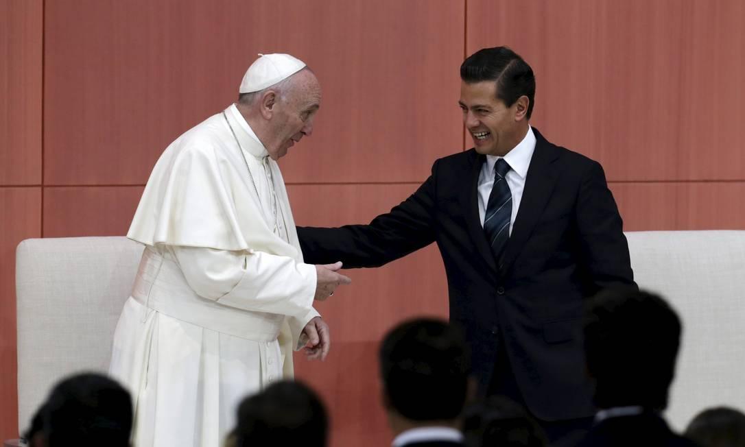 Francisco e Peña Nieto brincam um com outro em visita TOMAS BRAVO / REUTERS