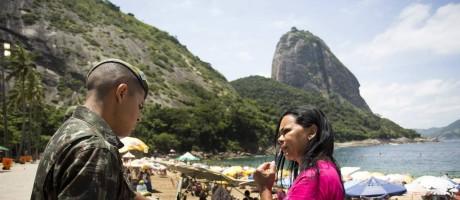 Forças Armadas trabalham em campanha de conscientização sobre mosquito transmissor da zika, no Rio Foto: Ana Branco / Agência O Globo