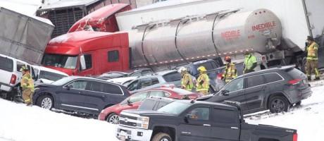 Acidente fez carros se empilharem na estrada Foto: AP