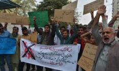 Manifestantes protestam contra o Dia do Namorados em Karachi Foto: IMRAN ALI / AFP