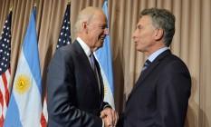 Estreitando relações. O presidente da Argentina, Mauricio Macri, cumprimenta o vice-presidente americano Joe Biden em Davor: planos de receber a visita de Obama Foto: HO / AFP/21-01-16