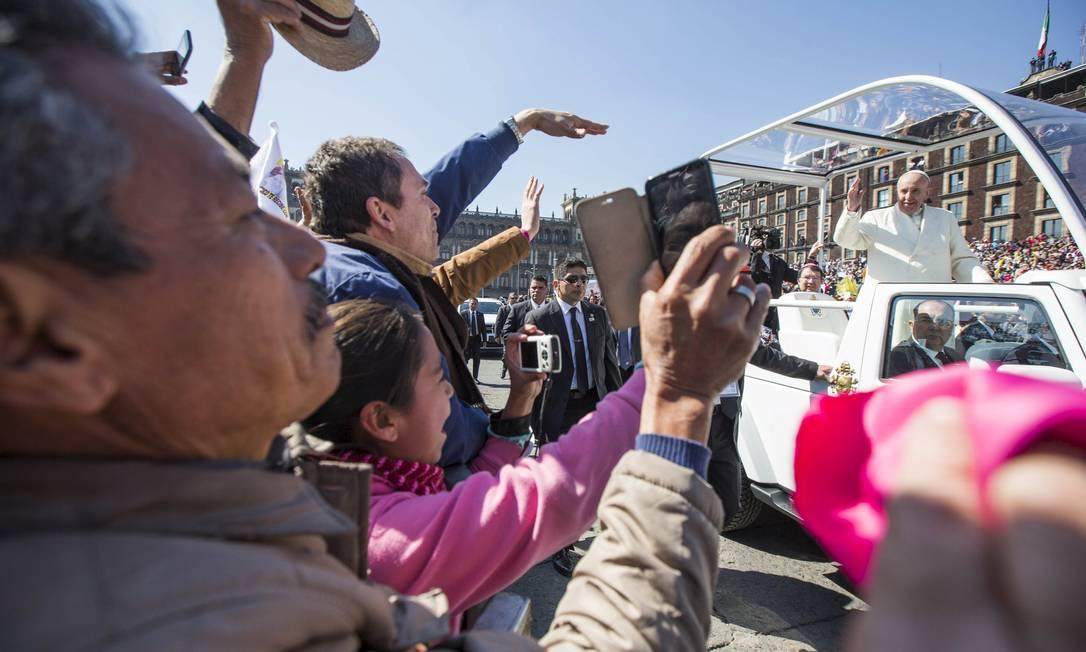 Papa acena para fãs na praça Zocalo HANDOUT / REUTERS