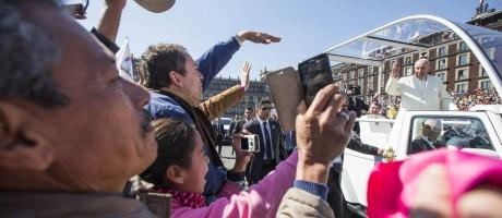 Papa acena para fãs na praça Zocalo Foto: HANDOUT / REUTERS
