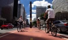 """Vida saudável. Ciclistas na Avenida Paulista: preço de bicicletas mais vendidas no país varia de R$ 400 a R$ 4 mil, mas há """"bikes"""" que saem por R$ 40 mil Foto: Edilson Dantas / Agência O Globo"""