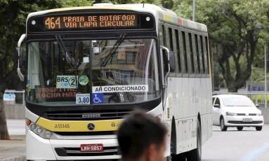 Um ônibus da linha 464, que deveria circular do Maracanã a Botafogo, passa por Copacabana Foto: Domingos Peixoto