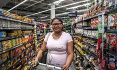 A enfermeira Ana Paula Monteiro Santos adotou a compra do mês Foto: ANDRE COELHO / Agência O Globo