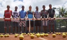 Jovens que foram obrigados a deixar a atividade de boleiro no Caiçaras: cada um ganhava, em média, R$ 900 mensais Foto: Fernando Lemos