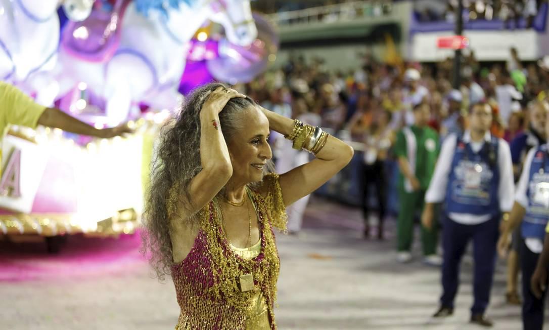 Maria Bethânia, grande homenageada, da Mangueira, veio no chão após um problema no carro Fabio Rossi / Agência O Globo
