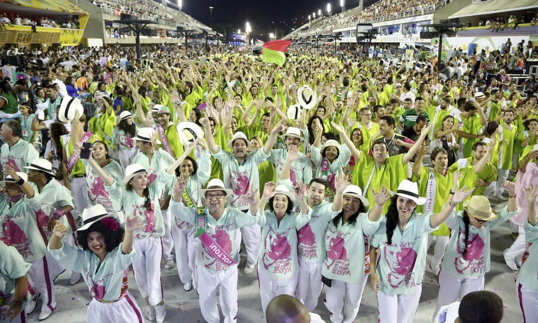Integrantes da Mangueira durante o desfile das campeãs Fabio Rossi / Agência O Globo