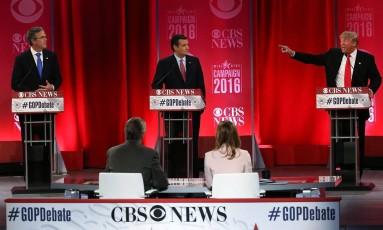 Trump (à direita) acusou irmão de Jeb Bush (à esquerda) por promover guerra contra Iraque e questionou conservadorismo de Ted Cruz (no centro) Foto: SPENCER PLATT/AFP