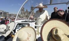 Francisco saúda a multidão no sábado, a caminho do Palácio Nacional, na Cidade do México Foto: L'Osservatore Romano/AP