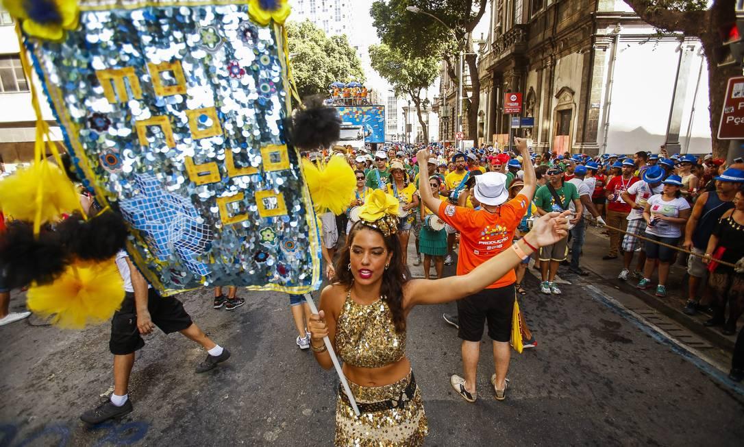A porta-estandarte Isadora Tanus a frente do trio Guilherme Leporace / Agência O Globo