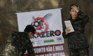 Militares participam no Rio de campanha de combate ao mosquito transmissor de zika Foto: Silvia Izquierdo / AP