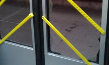 Porta da Estação Penha 2 do BRT Transoeste foi quebrada Foto: BRT Transoeste / Divulgação
