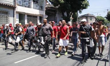 Torcedores do Flamengo são escoltados até São Januário. Quinze rubro-negros foram detidos depois de depredarem um banheiro de São Januário Foto: REGINALDO PIMENTA / Extra