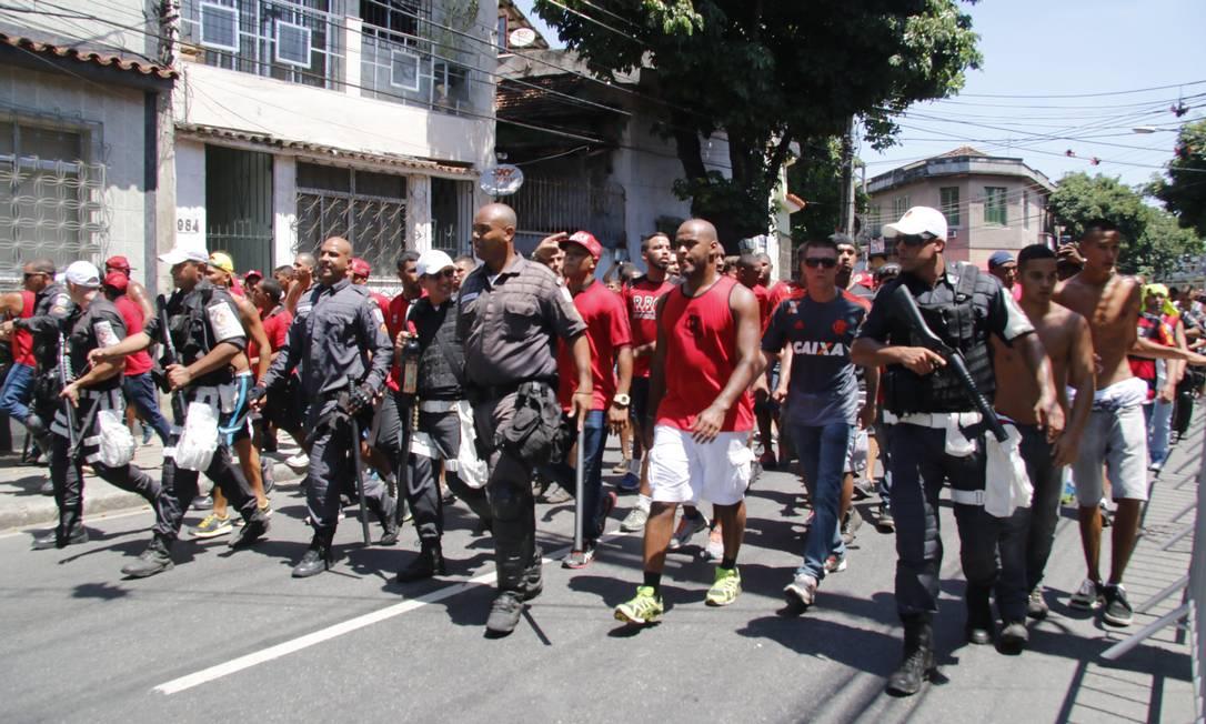 Torcedores do Flamengo são escoltados até São Januário. Quinze rubro-negros foram detidos depois de depredarem um banheiro de São Januário REGINALDO PIMENTA / Extra