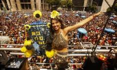 A porta-estandarte Isadora Tanus, que participa do desfile desde 2012, usava roupa da estilista Andreia Marques Foto: Guilherme Leporace / Agência O Globo