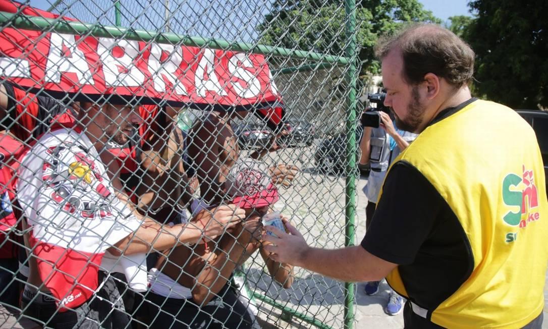 Funcionários do Vasco distribuem água para rubro-negros Rafael Moraes/ Extra