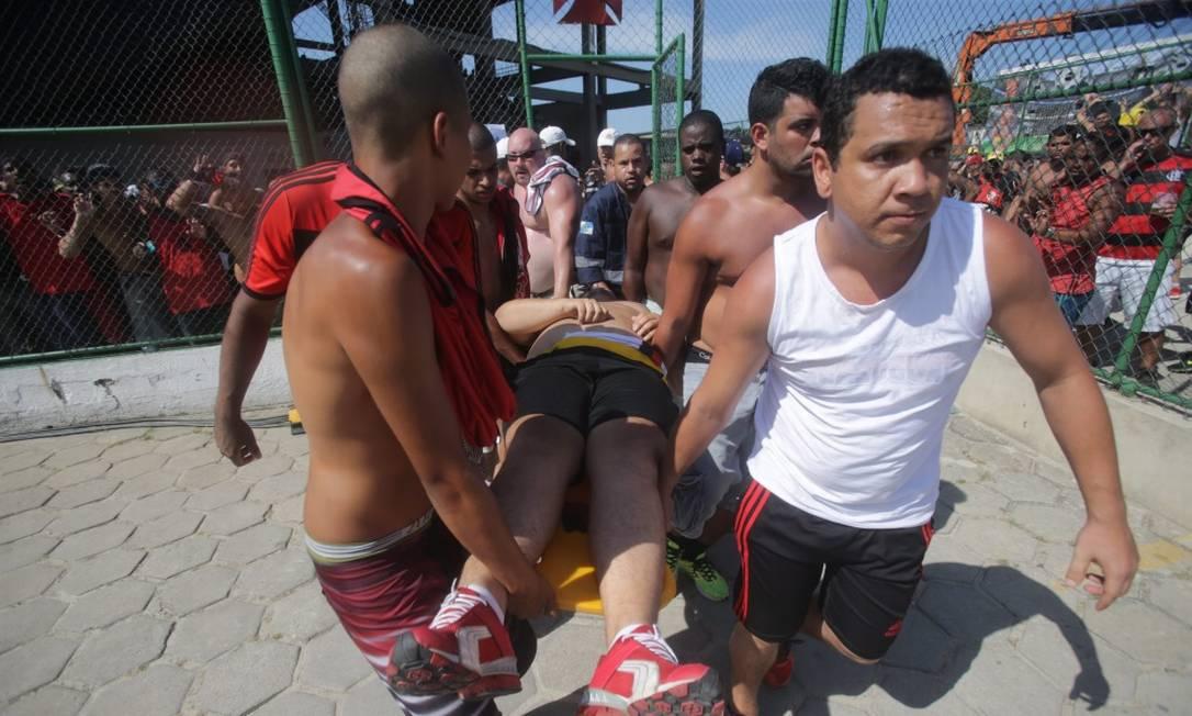 Um torcedor que passou mal é levado para ser atendido Rafael Moraes/ Extra