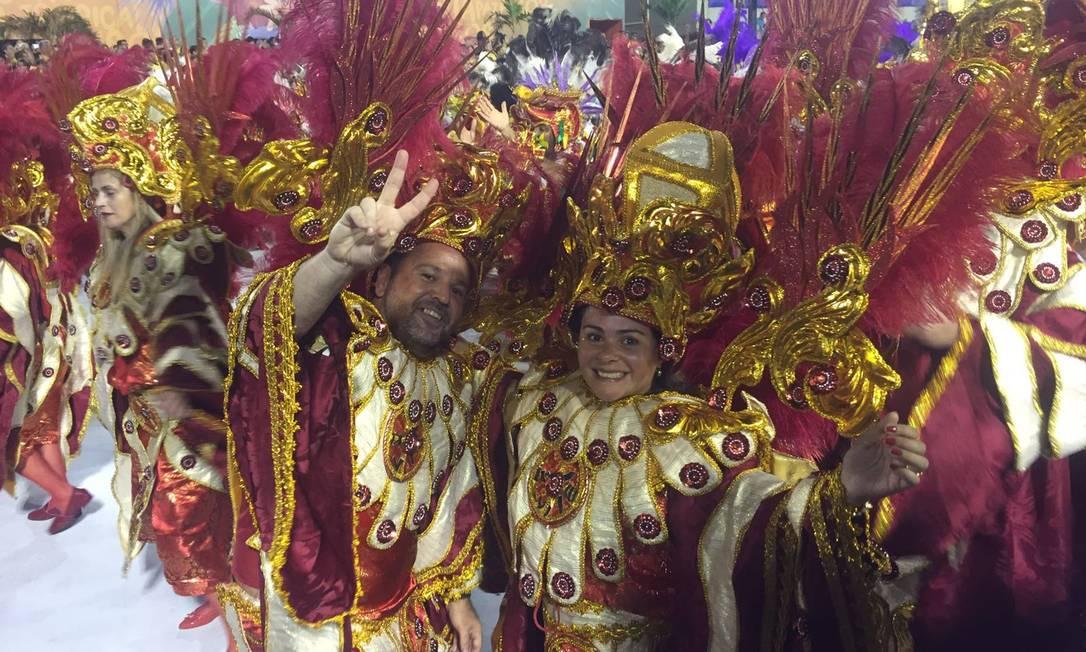 Neste Carnaval, a rede de supermercados Prezunic tornou a folia dos convidados do camarote Quem O GLOBO ainda mais especial. É que alguns deles ganharam fantasias surpresa e desfilaram na Sapucaí. Os amigos Claudio Maestrali Moraes e Adriana Cavalcanti Boeck foram pra avenida com as roupas da Beija Flor, no desfile das campeãs, no último sábado Divulgação