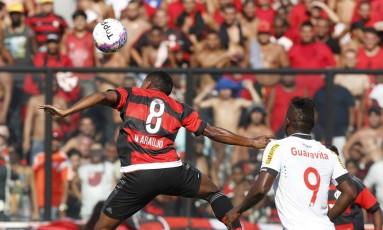 Márcio Araújo tenta a cabeçada enquanto é observado por Riascos Foto: Marco Antônio Rezende/ O Globo