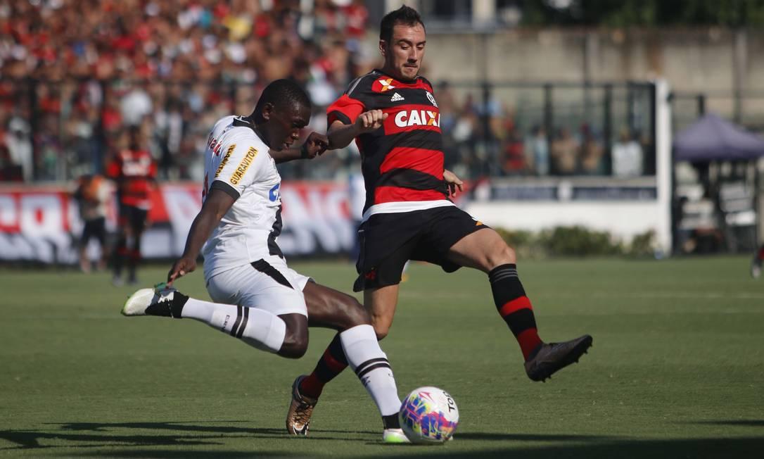 Mancuello faz a marcação sobre o jogador do Vasco no clássico em São Januário REGINALDO PIMENTA / Extra