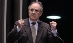 Cristovam Buarque em discurso durante sessão do Senado Foto: André Coelho / Agência O Globo / 15/08/2011