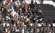 Policiais militares tentam dispersar a torcida do Vasco nas arquibancadas de São Januário Foto: Marcelo Carnaval / Agência O Globo