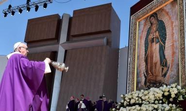 Pontífice celebra missa em Ecapetec, no México Foto: GABRIEL BOUYS / AFP