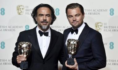 Alejandro Iñárritu e Leonardo DiCaprio mostram os troféus Foto: TOBY MELVILLE / REUTERS