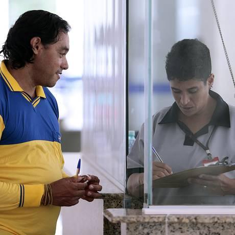 O funcionário dos Correios Deusimar Batista teme ter de contribuir mais para cobrir o déficit do Postalis e garantir aposentadoria Foto: Jorge William / Agência O Globo