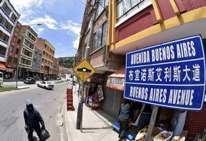 La Paz ou Pequim? Placa indica invasão chinesa na economia boliviana Foto: AFP/27-1-2016