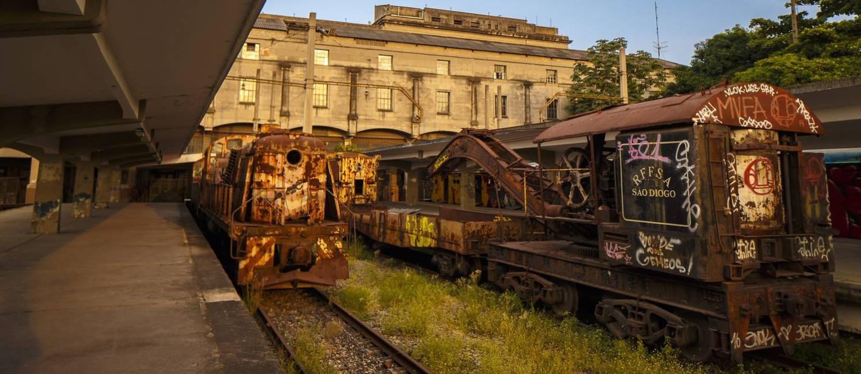 Peça de museu. Antigas locomotivas e vagões, estacionados na estação Leopoldina e pertencentes a antiga Rede Ferroviaria Foto: Daniel Marenco / Agencia O Globo / Agência O Globo
