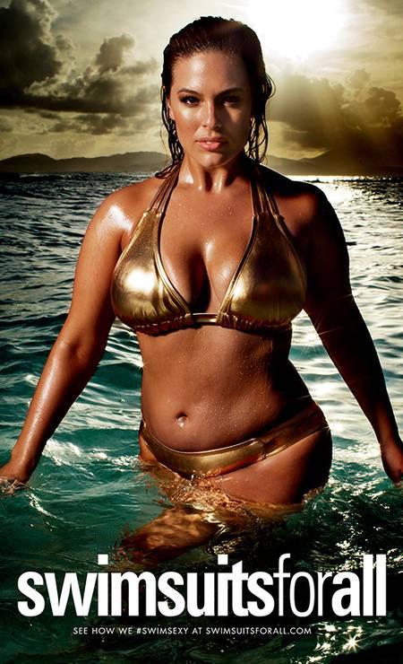 Além de capa e recheio, ela aparece em um dos anúncios internos da revista pela marca Swimsuits for All Foto: Divulgação