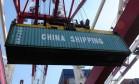 Movimentação de contêiner no porto de Qingdao, na China Foto: STR / AFP