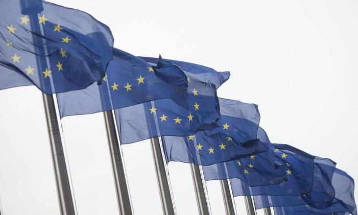 Bandeiras da União Europeia em Bruxelas Foto: Jasper Juinen / Bloomberg