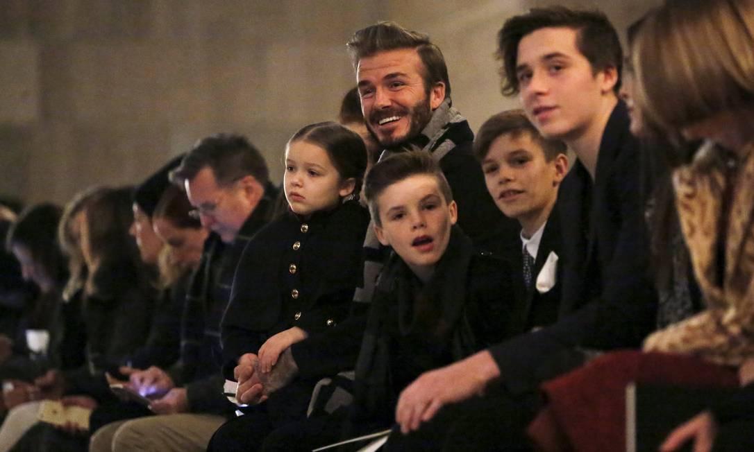 Quem precisa de grandes estrelas do cinema e da música na fila A quando se tem David Beckham como marido e filhos célebres. Victoria Beckham, que apresentou sua coleção de invern 2017 em Nova York, neste domingo, teve a família completa como sensação de seu desfile ANDREW KELLY / REUTERS