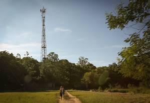Antena de celular foi instalada em terreno vizinho ao sítio utilizado por Lula Foto: Marcos Alves / Agência O Globo