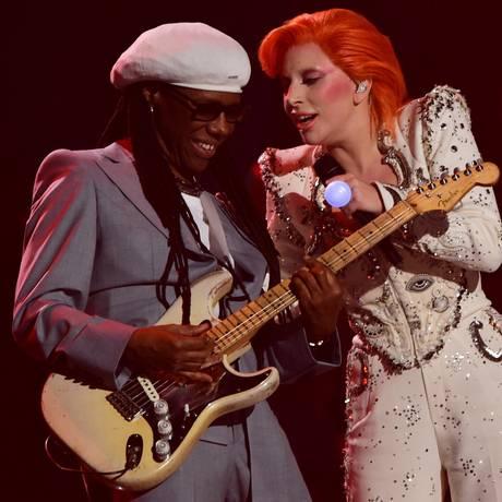Lady Gaga com Nile Rodgers, em homenagem a David Bowie no Grammy Foto: ROBYN BECK / AFP